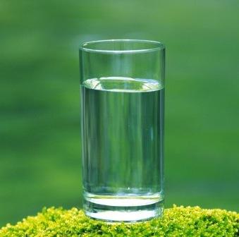 Agua y estreñimiento ¿Cómo se relacionan? ¿Qué cantidad de agua debo tomar para aliviar el estreñimiento?